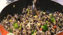 四色炒米饭的做法视频