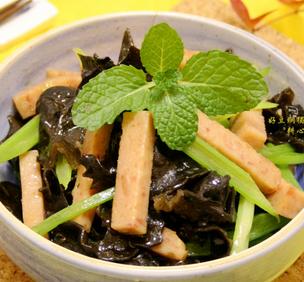 芹菜木耳炒午餐肉的家常做法