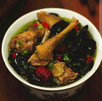鸽子红参黑木耳滋补汤的做法