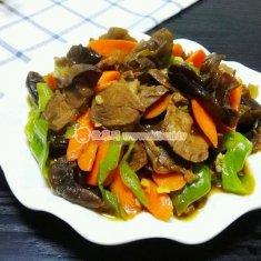 胡萝卜黑木耳炒牛肉的做法