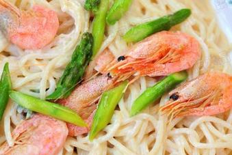 甜虾芦笋白酱意面的家常做法