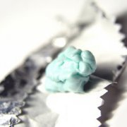 【口香糖怎么洗】口香糖粘在衣物上如何弄掉_口香糖的危害