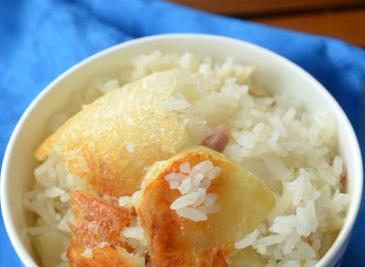 腊肉土豆焖锅巴饭 电饭锅也能焖出金黄诱人的锅巴饭