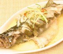 【清蒸鲈鱼怎么做最好吃】清蒸鲈鱼要蒸多久才熟_清蒸鲈鱼的功效与作